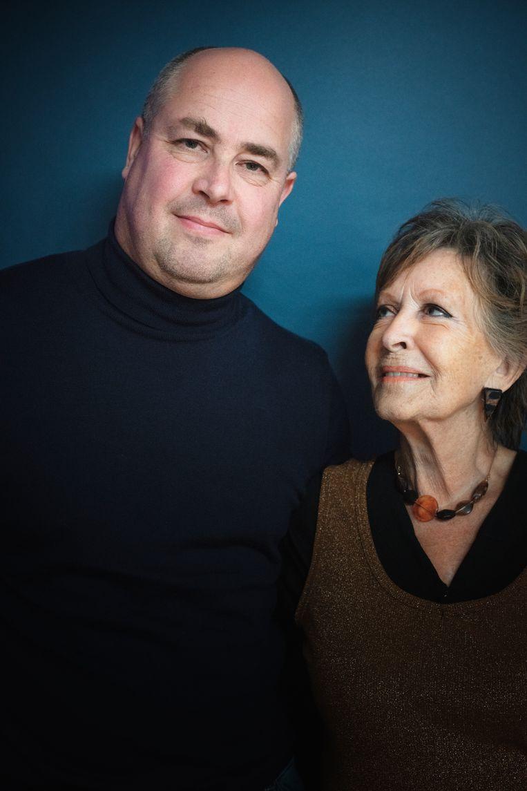 Anneke van der Plaats en zoon Peter, die in het voorjaar de opleiding tot dementiehulpverlener heeft afgerond.  'Ga jij maar eens een hersenkundige vertellen dat ze zelf in de war is.' Beeld Kiki Groot