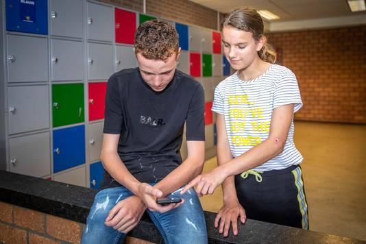 Het Calvijn College wil smartphones uitbannen. Op de foto: leerlingen Koen Dorst (links) en Sandra Hoogerland.
