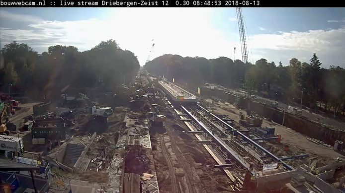 Beelden van de live webcam vanochtend waarbij goed te zien is dat het spoordek op de plek wordt geschoven.