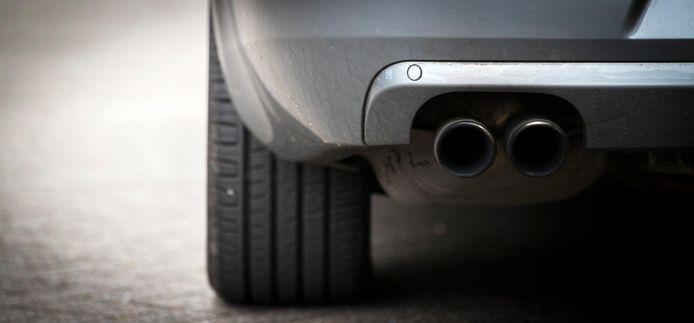 De uitlaat van een dieselauto, die met blauwe diesel minder schadelijke stoffen uitstoot.