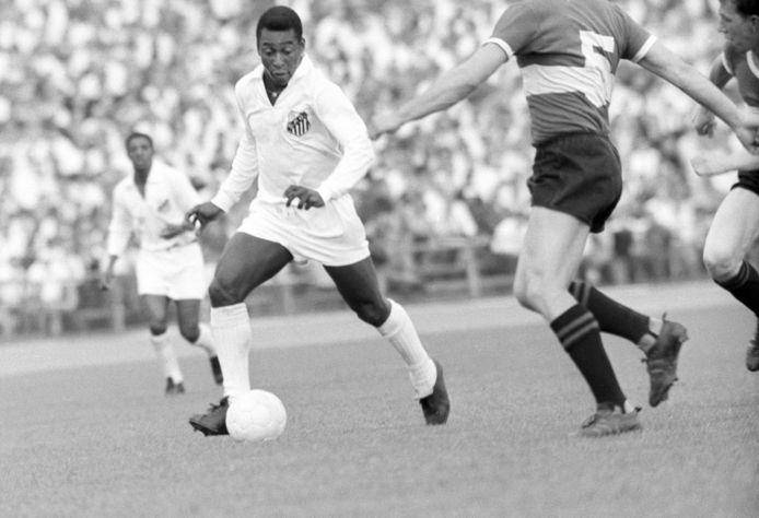 Pelé in actie voor Santos.