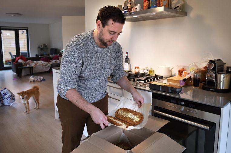 Een dag na zijn promotie pakt Guido Camps zelfgebakken taartbodems in.