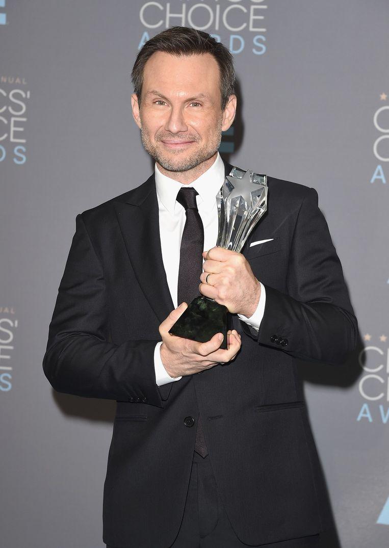 Christian Slater met zijn prijs voor beste mannelijke bijrol in een dramaserie voor Mr. Robot tijdens de Critics' Choice Awards Beeld null