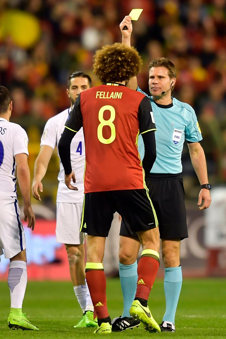 De Duitse scheidsrechter Felix Brych geeft geel aan Fellaini tijdens de WK-kwalificatiematch tegen Griekenland op 25 maart 2017. Het is de vijftiende en voorlopig laatste gele kaart voor 'Fella'.