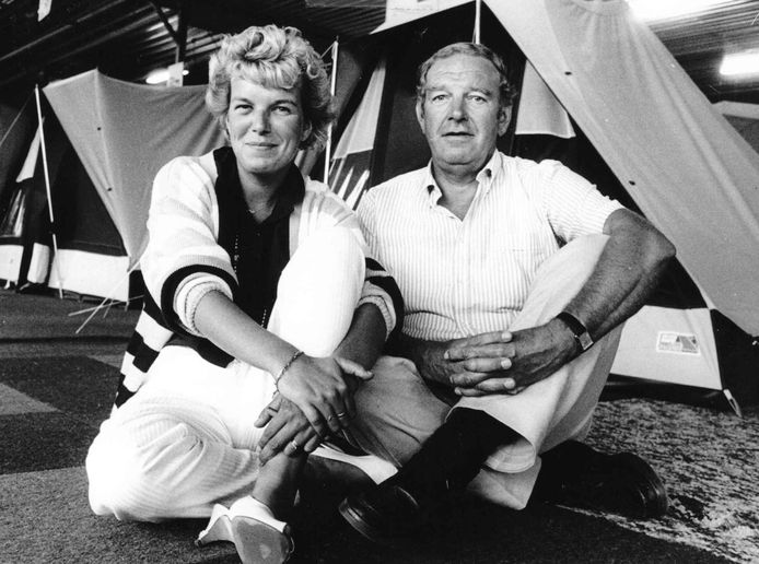 Jan Obelink, oprichter van de bekende campingwinkel in Winterswijk, zo'n 35 jaar geleden samen met dochter Karin.
