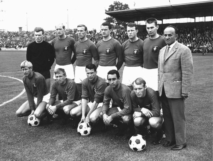 Selectie FC Twente 1965 Staand v.l.n.r. Kees Warringa - Ruud Vondeling - Daisy ter Beek-Willem de Vries - Johan Plageman - Job Hoomans - trainer Friederich Donenfeld. Knielend v.l.n.r. Heinz Hoeher - Egbert ter Mors - Anton 'Spitz' Kohn - Ned Bulatovic - Issy ten Donkelaar.