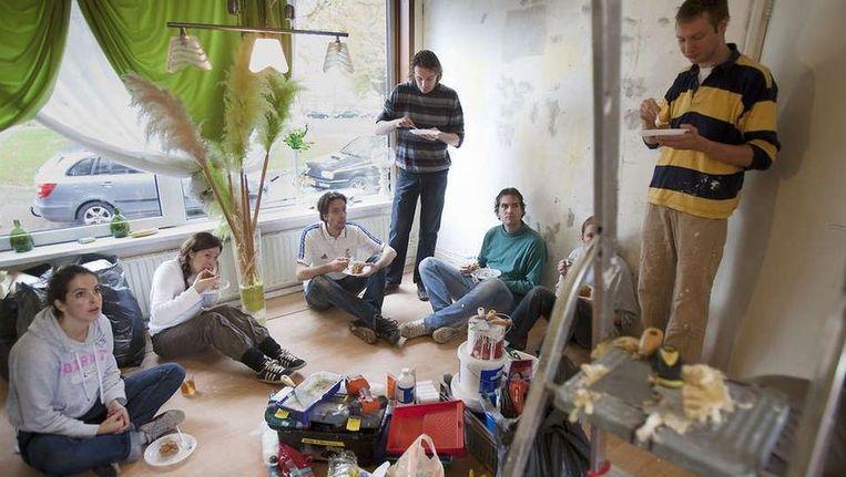 Vrijwilligers van de christelijke stichting Present knappen een huis op. ©Werry Crone Beeld