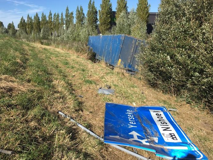 Een beschadigd verkeersbord bij de vrachtwagen.