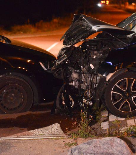Vrienden gewond nadat hun taxi in Breda met auto in botsing komt, automobilist vlucht en wordt gezocht