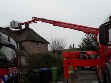 Brandweer blust brand in rieten dak van woonboerderij in Arnhem
