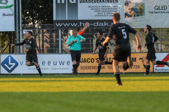 Mark Faes (l), nadat hij dit seizoen scoorde voor Reusel Sport uit tegen Budel. Achter hem komen Brahim Hassounfi en Ralf Lavrijsen (r) aangelopen.