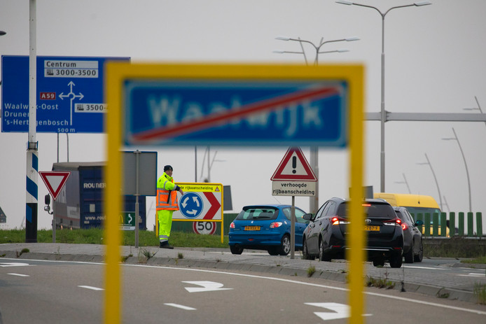 Bij de rotonde op de Midden-Brabantweg worden deze week verkeersregelaars ingezet. Het gaat om een proef.