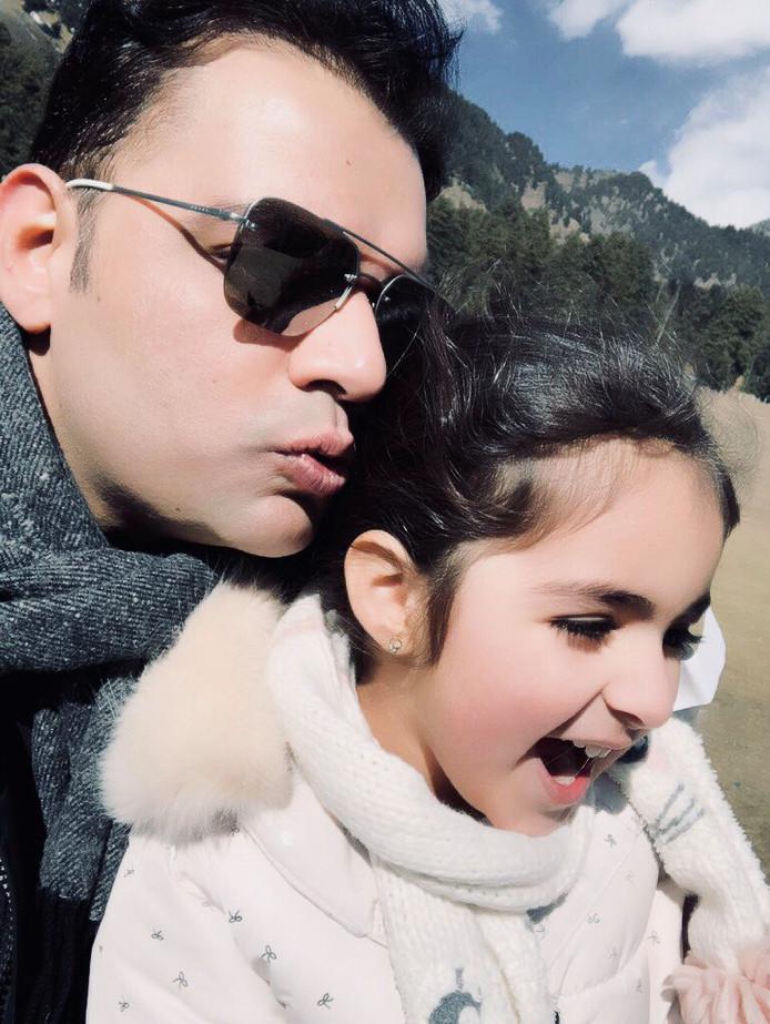 Shehzad Hemani met Insiya. De vader van het meisje post graag foto's om te laten zien hoe goed het met haar gaat. Maar in Nederland wordt hij vervolgd voor ontvoering.