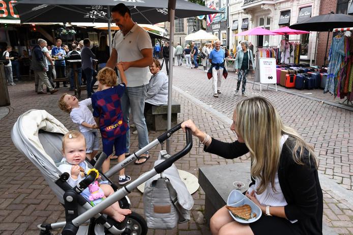 """Braderie op 't Ginneken, eten en slenteren tussen de kramen. Het gezin Chevalier geniet met hun drie kinderen van een lekker tussendoortje, de oeroude tostie van de aanwezige """"tostie foodtruck""""."""