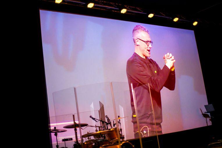 Peter Paauwe via een beeldverbinding met Barneveld te zien op een scherm in de Zeelandhallen in Goes. Beeld Maarten Hartman