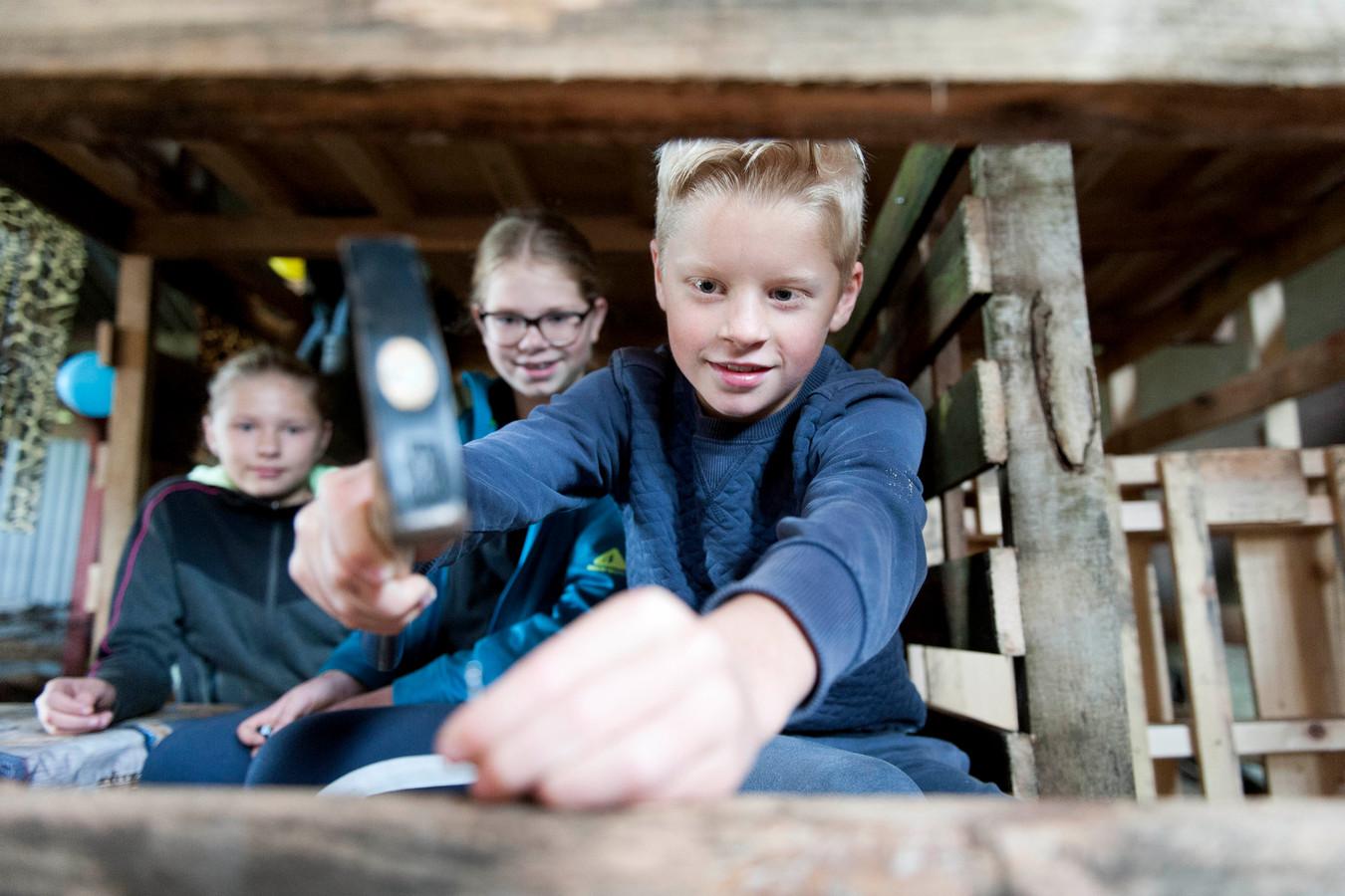 Houtdorp in Mariënheem vindt dit jaar niet in de manege plaats. Kinderen kregen opdracht om thuis te timmeren en zagen aan een bouwwerk.