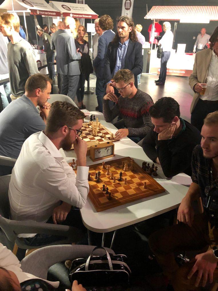 Serieus schaken. Beeld