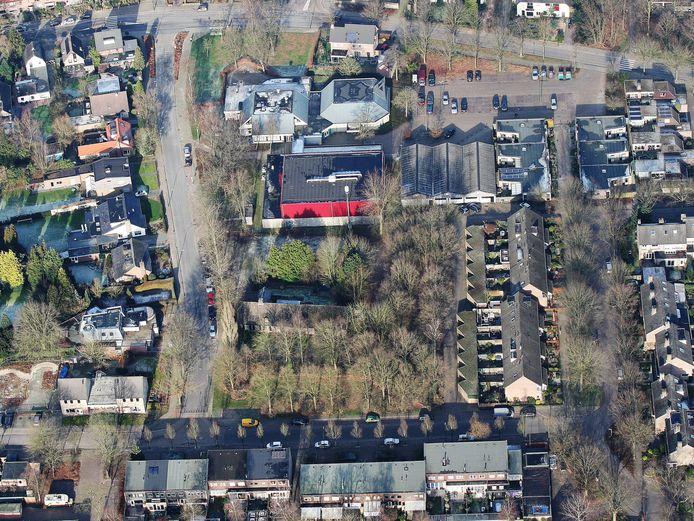 Het gebouw met de rode muren is Sporthal De Pracht.