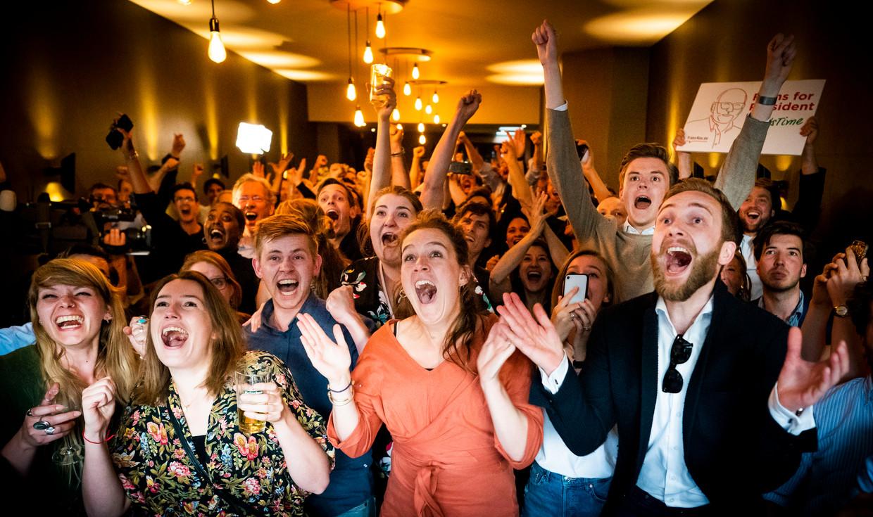 PvdA'ers vieren feest in Millers in Den Haag, na de bekendmaking van de exitpolls van de Europese verkiezingen. Beeld Freek van den Bergh / de Volkskrant