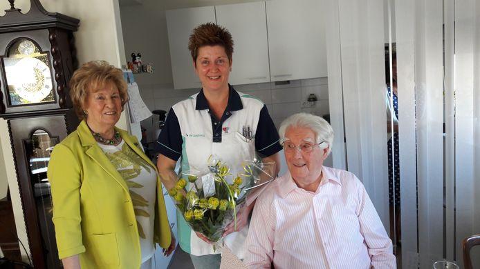 Marlies, Heidi en Paul in de woonkamer tijdens het geven van de zorgpin