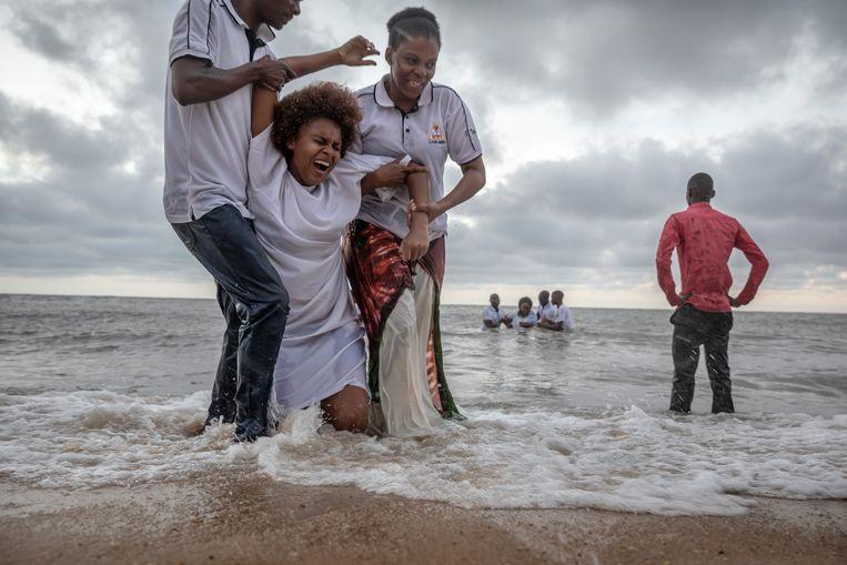 Leden van een Evangelische kerk zijn naar het strand in Beira gekomen om gedoopt te worden. Beeld Sven Torfinn