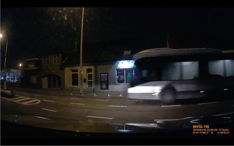 Het moment waarop de bus door het rode licht rijdt op het kruispunt in Ekeren.