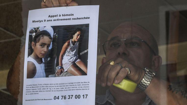 In Pont-de-Beauvoisin, en in aanpalende dorpen, hangen overal posters omhoog met daarop de foto en beschrijving van Maëlys De Araujo. De hoop dat het kind (levend) wordt teruggevonden, vervliegt met de dag.