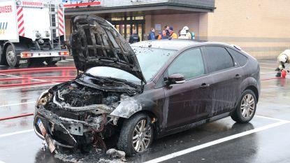 Auto uitgebrand op parking van supermarkt