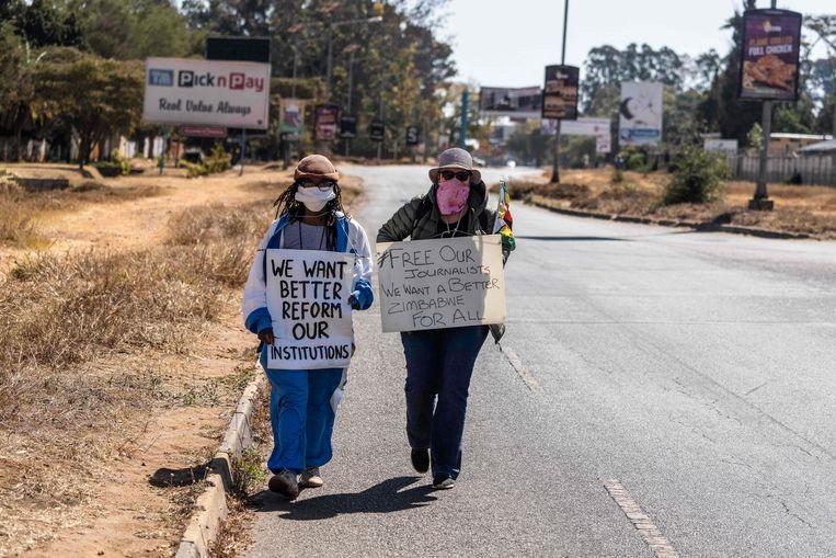 Tsitsi Dangarembga (l) en haar vriendin en collega Julie Barnes protesteren tegen de onderdrukking in Zimbabwe op 31 juli. Kort daar op worden ze opgepakt. Beeld AFP