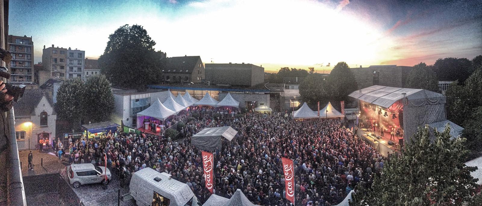 """2015: Een bomvol Herbakkersplein voor het optreden van 10cc. """"De strafste editie ooit van het Herbakkersfestival"""", volgens velen."""