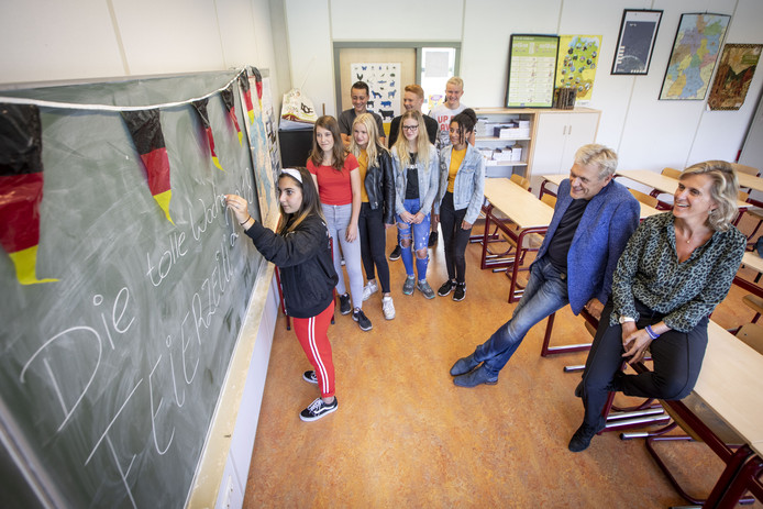 Meer scholieren moeten weer Duits leren, vinden leraar René Vredeveld en Barbara Verbeek van de  gemeente Enschede (rechts).