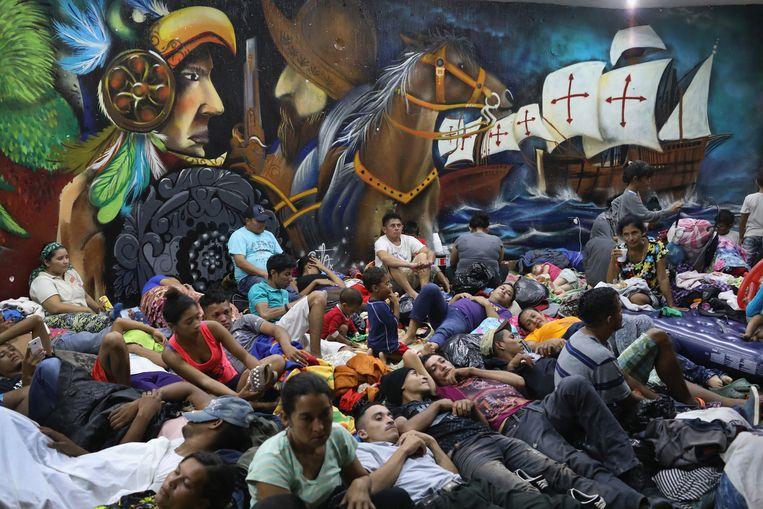 Families die deel uitmaken van de migrantenkaravaan in de buurt van de grens tussen de Mexico met Guatemala.  Beeld Getty Images