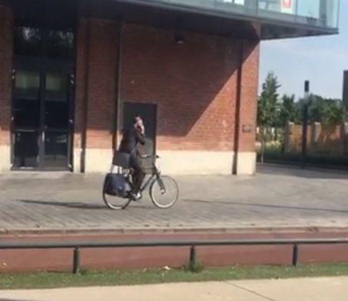 Een bellende burgemeester op de fiets. En dat is tegenwoordig bij wet verboden.