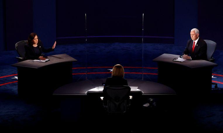 Kamala Harris (links), Susan Page (midden) en Mike Pence (rechts) tijdens het debat. Beeld REUTERS