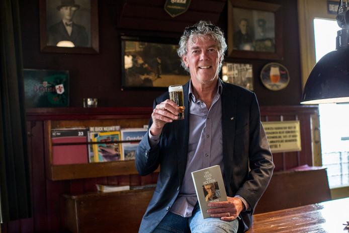 Initiatiefnemer Hans Heesen brengt in café De Deur alvast een toost uit op Literair Café Zutphen.