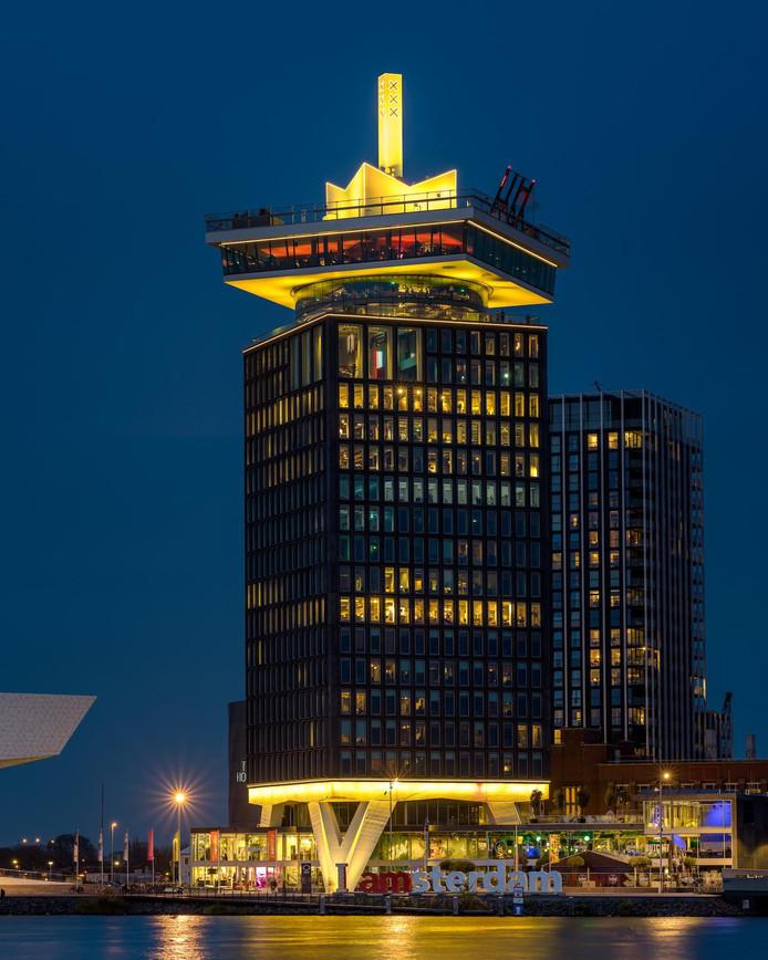 Een geel verlichte A'dam Toren.