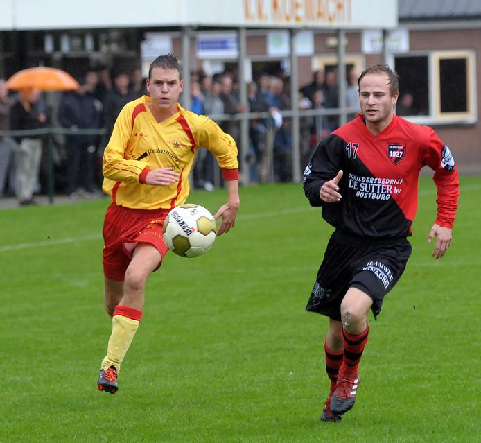 Oostburg (rood-zwart) was zondag veel te sterk voor Schoondijke.