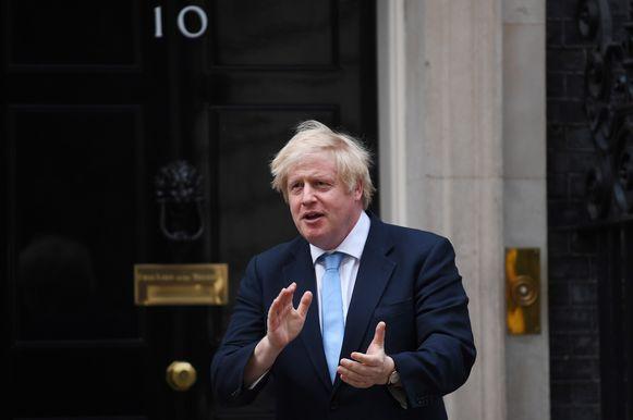 Boris Johnson klapt voor de Britse zorgverleners. Archiefbeeld.