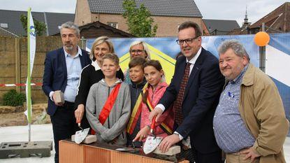 Leden kinderraad leggen eerste steen nieuwe basisschool