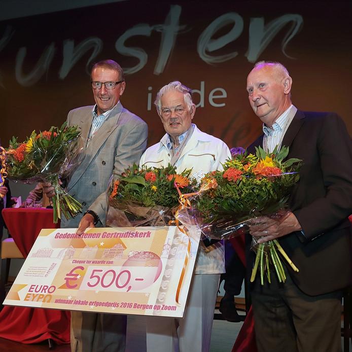 vlnr: Ton Putter, André van Loon en Ad Moll van Stichting Bezichtiging Monumenten na het ontvangen van de cheque van 500 euro in theater De Maagd.