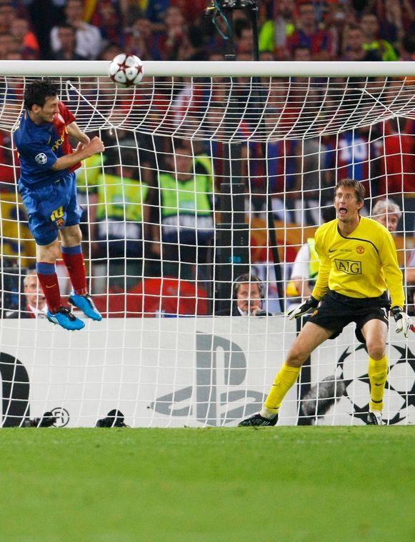 Messi kopt voorbij Van der Sar.