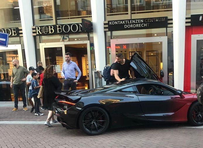 Rico Verhoeven zette zijn auto woensdagavond neer op een strook voor voetgangers in het Dordtse centrum om iets op te halen in een winkel. Hij werd niet bekeurd en dat leverde veel kritiek op.