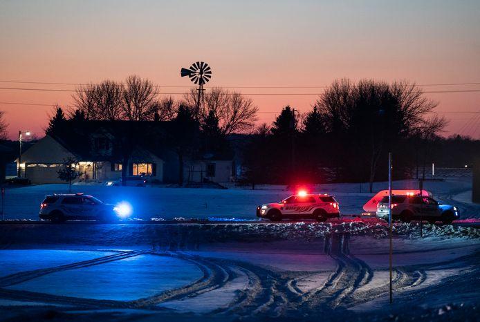 Politie-agenten hebben de weg afgezet in de buurt van de plaats waar de helikopter is gecrasht.