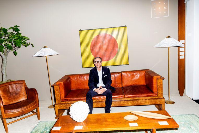 Andrew Duncanson van galerie Modernity in Stockholm op een sofa van Kåre Klint. Beeld Marie Wanders