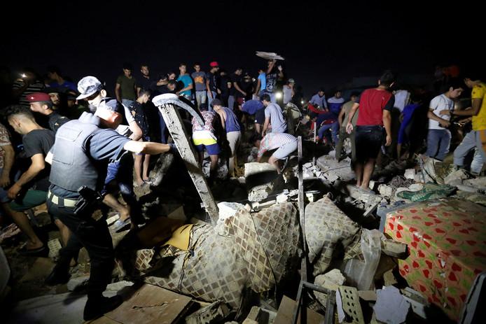 Omwonenden helpen mee met zoeken naar mogelijke overlevenden onder het puin.