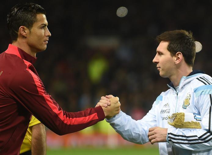 Cristiano Ronaldo en Lionel Messi schudden elkaar de hand voorafgaand aan de oefeninterland tussen Portugal en Argentinië (1-2) in 2014.
