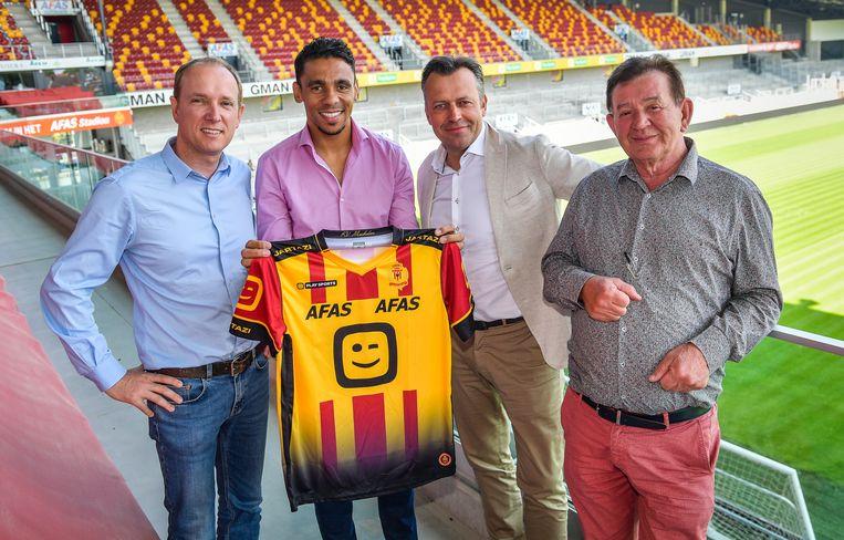 KV Mechelen stuntte in de zomer van vorig jaar door Igor De Camargo terug naar België te halen. Van links naar rechts herkent u ook nog Olivier Somers, Stefaan Vanroy en makelaar Paul Stefani.