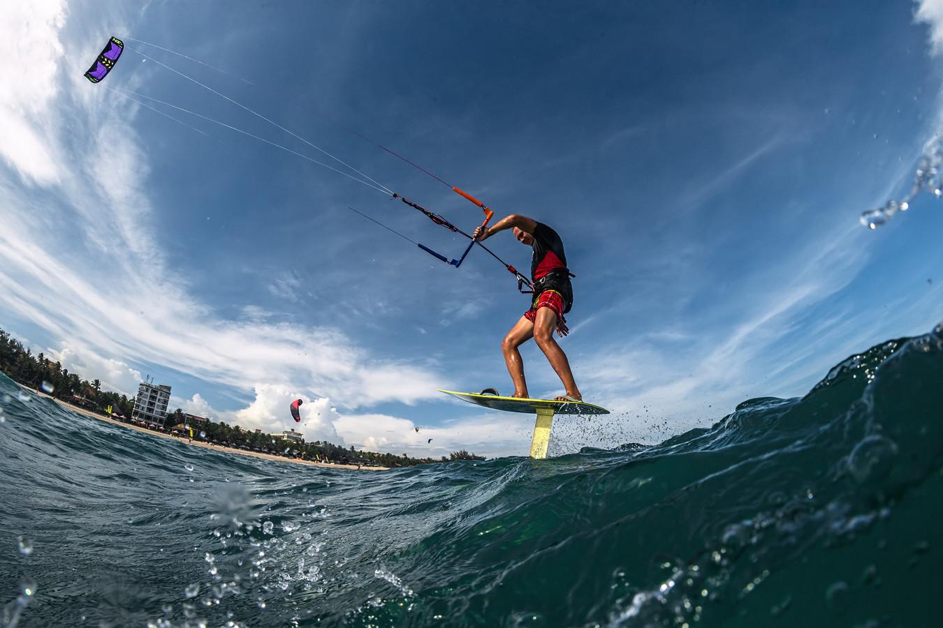 Hydrofoilen is een ultrasnelle vorm van kitesurfen.