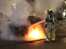 Knallen gehoord voordat auto in vlammen opgaat