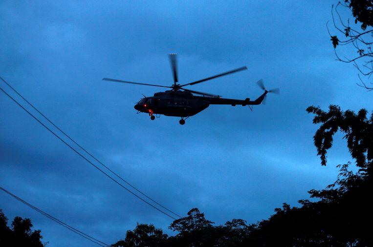 Een van de helikopters met vermoedelijk een van de jongens aan boord verliet het gebied rond de grot.